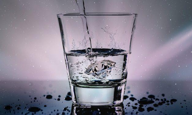 Woda a słodkie napoje – dlaczego warto pić wodę